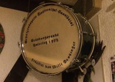 Die Gründungspauke von 1972, die bei uns im Proberaum hängt.